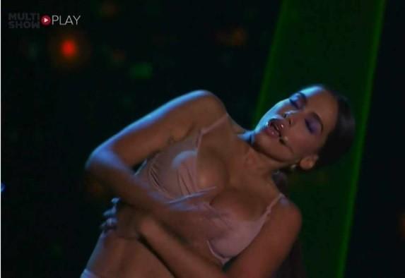 Seios de Anitta escorregaram do sutiã durante sua performance no Prêmio Multishow  (Foto: Reprodução)