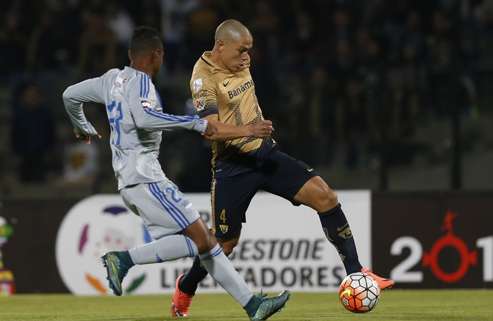 Darío Verón Pumas 4 x 2 Emelec Libertadores - AP (Foto: AP)