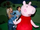 Eliana se diverte com o filho em espetáculo infantil