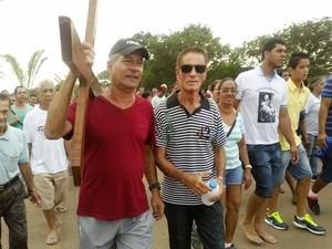 Alaerte leva a cruz, que antes era carregada pelo pai  (Foto: Michelly Oda / G1)