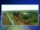 Caminhão com óleo diesel tomba em rodovia entre Jaú e Bariri