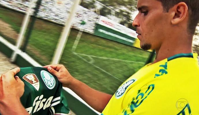 Jean observa o escudo do Palmeiras (Foto: Reprodução TV Globo)