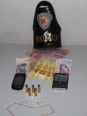 Drogas, dinheiro e munições foram apreendidos pela GCM (Foto: Divulgação/Guarda Municipal)