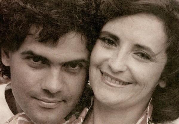 Cazuza e a mãe, Lucinha Araújo, na foto que estampa a capa do livro 'Só as Mães São Felizes' (Foto: Reprodução)
