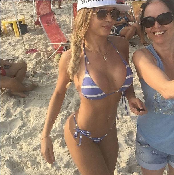 Ex-BBB Cacau curte praia no Rio (Foto: Reprodução/Instagram)