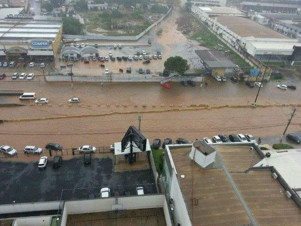 Chuva causou transtornos na região do viaduto Clóvis Roberto, na Avenida Fernando Corrêa, em Cuiabá.  (Foto: Fabianny Ferreira / Arquivo Pessoal)