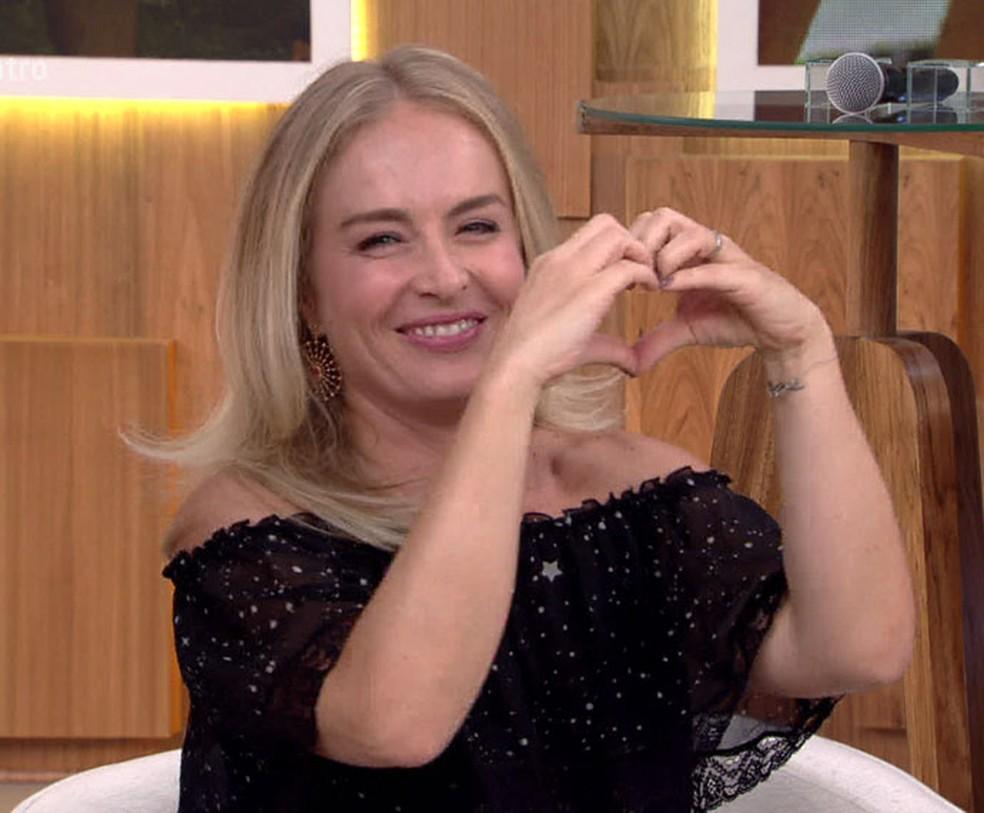 Angélica faz <3 para a Fátima  (Foto: TV Globo)