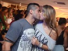 Ex-BBB Yuri beija muito na noite carioca