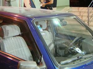 Criminoso cercou o veículo e atirou contra a vítima (Foto: Reprodução/TV Integração)