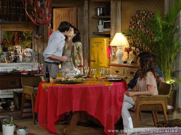 Ciro e Mila finalmente dão o primeiro beijo (Foto: Flor do Caribe / TV Globo)