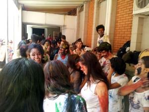 Alunos de artes comemoram matrícula com trote e música (Foto: Marcello Carvalho/G1)