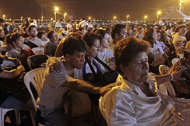 Devotos passam a noite guardando lugar e rezando antes de missa campal do Papa Francisco em Guayaquil, no Equador (Foto: Juan Cevallos/AFP)