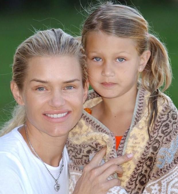 Yolanda Hadid, mãe de Bella e Gigi, também homenageou a filha caçula na web (Foto: Reprodução/Instagram)