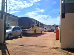 Ônibus está retido na Secretaria de segurança Pública para perícia  (Foto: Aline Nascimento/ G1)