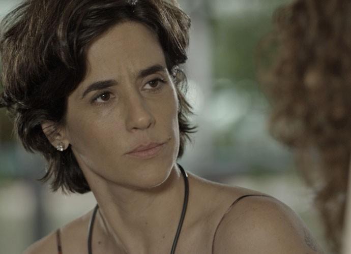 Isabel tenta consolar a amiga (Foto: TV Globo)