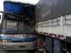 Acidente envolvendo 2 carretas e ônibus deixa 4 feridos em Jequitaí