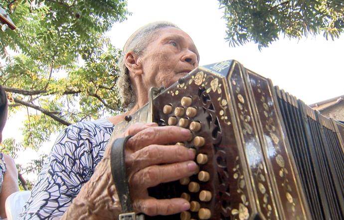 Hilda Sardinha toca concertina ao lado da família (Foto: Divulgação/ TV Gazeta ES)