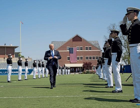 O presidente dos EUA,Donald Trump,numa solenidade  da Guarda Costeira.Ele se diz vítima de perseguição (Foto: Doug Mills/The New York Times)