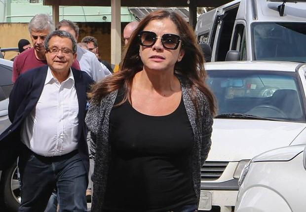 O marqueteiro João Santana (de blusa branca) e a mulher dele, Mônica Moura, chegam ao Instituto Médico Legal, em Curitiba, para fazer exame de corpo de delito (Foto: Geraldo Bubniak/AGB /Agência O Globo)