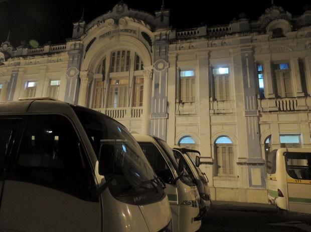 Permissionários do transporte alternativo protestam e ocupam Prefeitura de Natal (Foto: Felipe Gibson/G1)