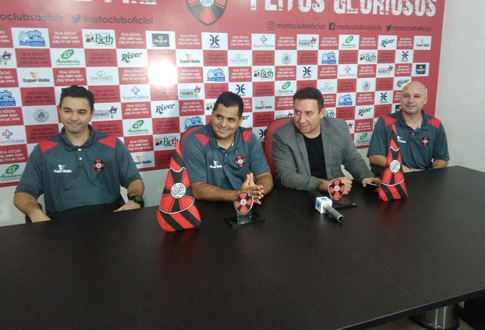 Leston Júnior e comissão sendo apresentado pelo presidente do clube, Célio Sérgio (Foto: João Ricardo/Globoesportte.com)
