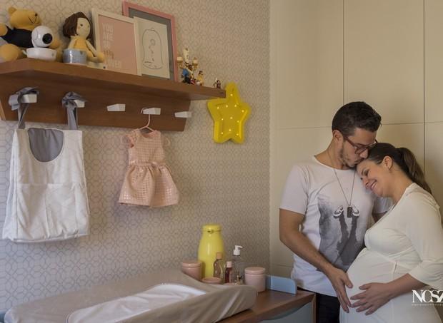 Renata, ainda grávida, com o marido, no quarto de Bella (Foto: Arquivo pessoal)