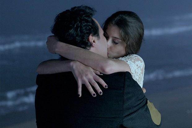 Kátia e Ernani reatam para esperar pelo novo fim do mundo (Foto: Como Aproveitar o Fim do Mundo / TV Globo)