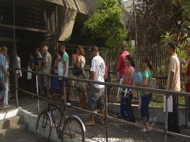 Atendimento a moradores de São Vicente gerou fila na agência do INSS de Santos, SP (Foto: Reprodução / Tv Tribuna)