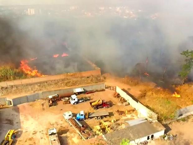 Imagens feitas pela TV Clube mostram incêndio na Zona Leste de Teresina  (Foto: Reprodução/TV Clube)