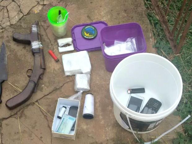 Arma, munição e drogas também foram encontradas durante ocorrência (Foto: Divulgação/Polícia Ambiental)