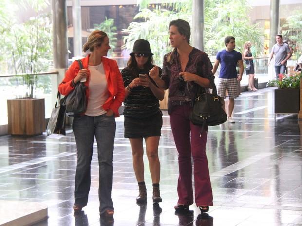 Giovanna Antonelli com amigas em shopping na Zona Sul do Rio (Foto: Daniel Delmiro/ Ag. News)