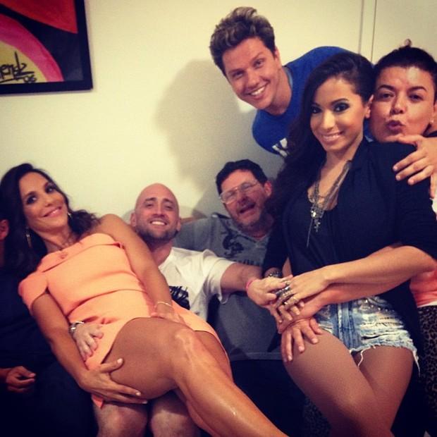 Ivete Sangalo, Paulo Gustavo, Anitta e David Brazil com amigos nos bastidores do show de Preta Gil (Foto: Instagram/ Reprodução)