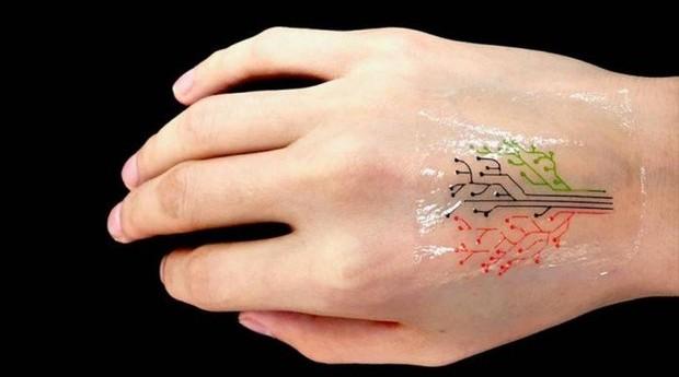 A tatuagem possui células que reagem a diferentes tipos de reagentes químicos (Foto: MIT)