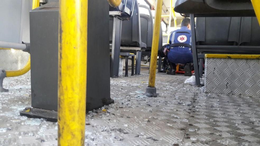 Equipes do Samu atenderam vítimas dentro do coletivo na orla de Salvador (Foto: Vanderson Nascimento/TV Bahia)