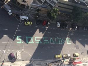 Tradicional ponto de concentração de torcedores, Alzirão, no Rio, amanhece com mensagem (Foto: Daniel Silveira/G1)