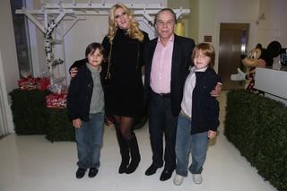 Val Marchiori com o marido, Evaldo Ulinski, e os filhos, Eike e Victor (Foto: Manuela Scarpa/ Foto Rio News)