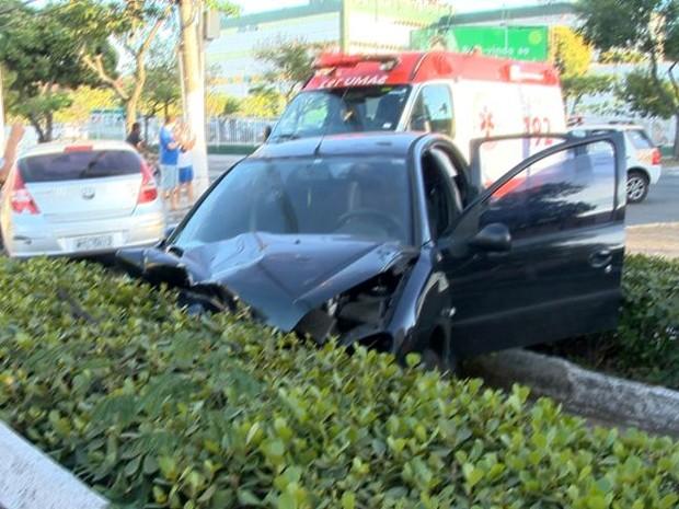 Pegeout 207 quase caiu no valão da Avenida Leitão da Silva (Foto: Reprodução/ TV Gazeta)