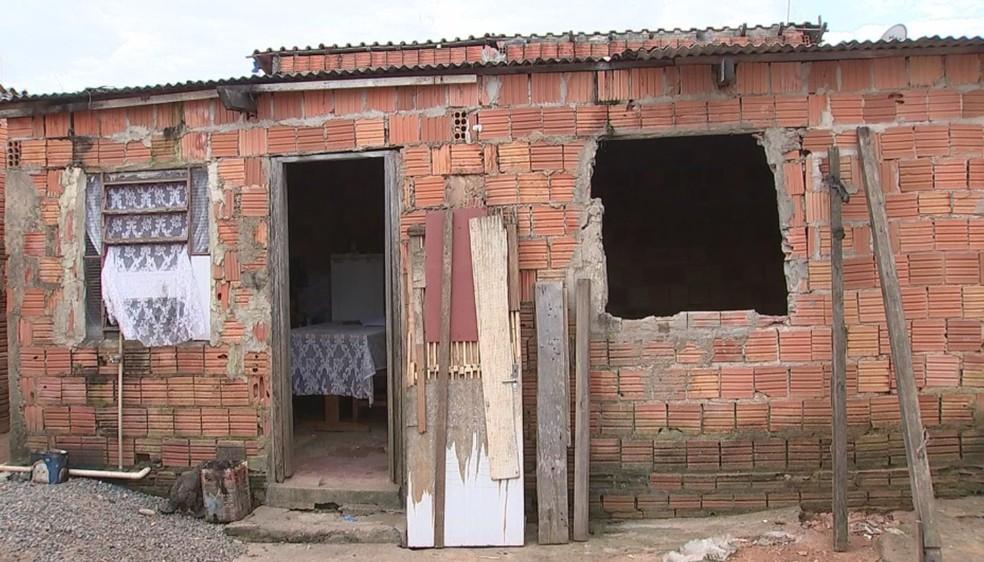 Mulher diz que ficou acorrentada junto com o filho dentro de casa por três dias (Foto: Cláudio Nascimento/TV TEM)