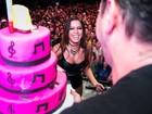 Anitta ganha bolo de aniversário durante show no Rio
