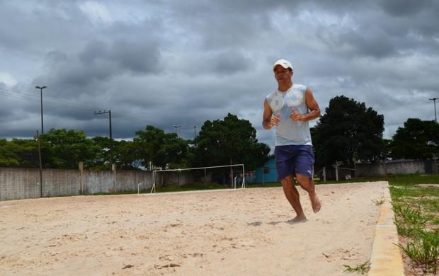 Atacante Edilsinho treina para manter a forma (Foto: Flávio Godoi/GLOBOESPORTE.COM)