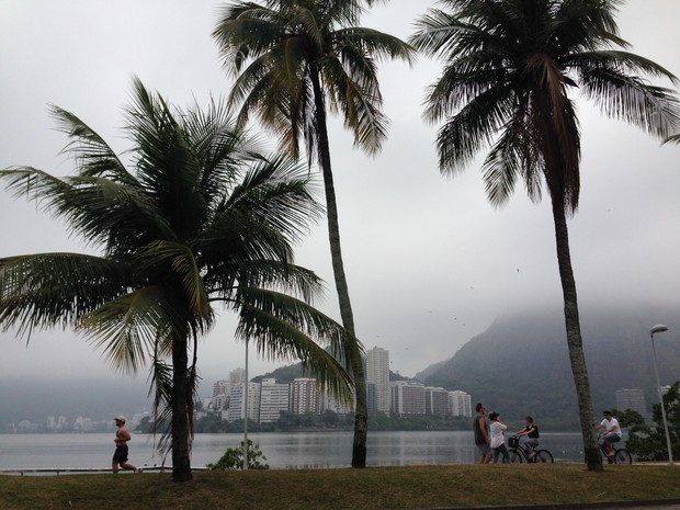 Na Lagoa, prédios estão encobertos pelo nevoeiro (Foto: Káthia Mello / G1)