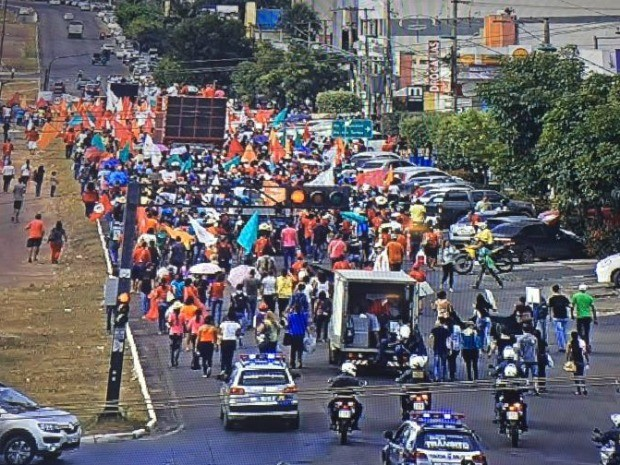 Servidores da Educação caminharam por uma das principais avenidas da capital (Foto: Divulgação/Semob-Cuiabá)