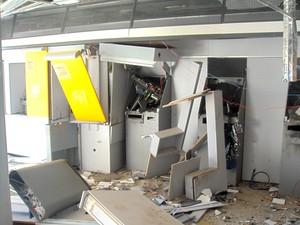 Caixas eletrônicos também foram destruídos após os assaltantes detonarem os explosivos (Foto: Vilidiou Soletti/Arquivo Pessoal)