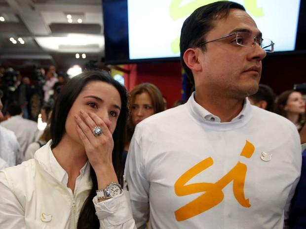 Apoiadores do 'sim' choram após divulgação de resultados do plebiscito sobre o acordo de paz com as Farc, na Praça Bolívar, em Bogotá, na Colômbia, no domingo (2)  (Foto: Reuters/John Vizcaino)