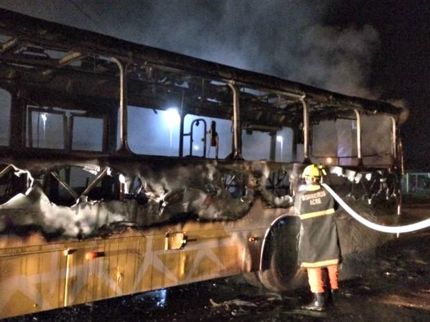 BOmbeiros conseguiram conter as chamas em ônibus de Rio Branco  (Foto: Divulgação/Corpo de Bombeiros)