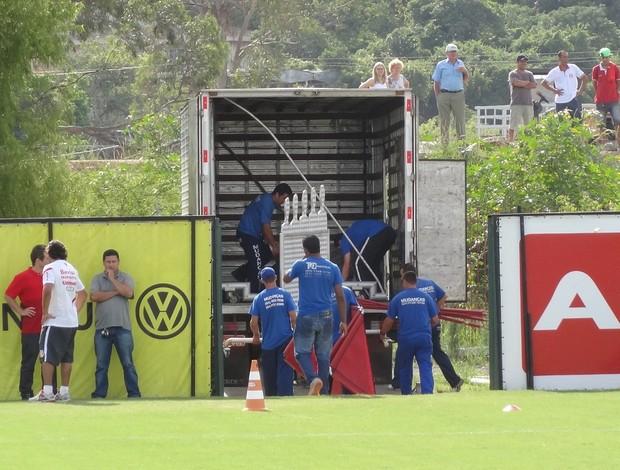 Funcionários removem barreira móvel do gramado do CT Parque Gigante (Foto: Tomás Hammes / GLOBOESPORTE.COM)