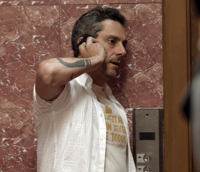 Romero atende ao telefonema de Dante e descobre que Gibson foi sequestrado (Foto: TV Globo)