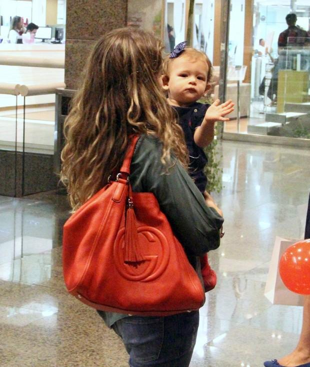 Bianca Castanho com a filha em shopping do Rio (Foto: Marcus Pavão / AgNews)
