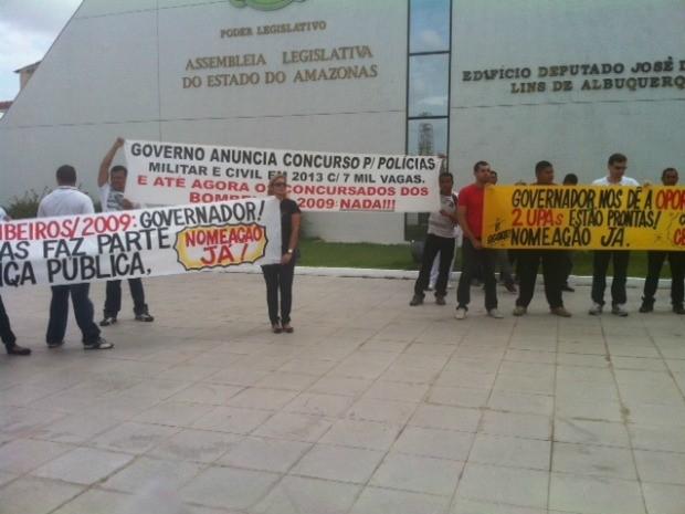 Bombeiros protestam em frente à ALE/AM, em Manaus (Foto: Adneison Severiano/G1 AM)