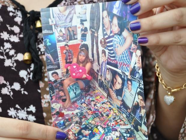 Fã mostra foto do quarto com centenas de fotos e revistas do ídolo (Foto: André Ferreira/ G1)